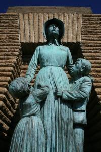 pioneer-statue-438114_1280